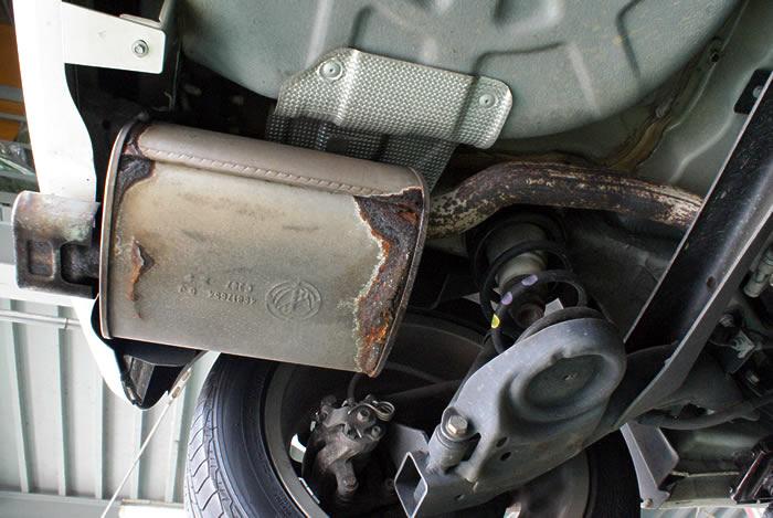 錆の発見から1年後 FIAT500 リアマフラーの錆がモリモリ成長中