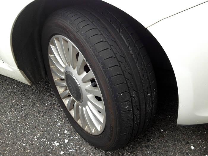 7万Kmを越えてタイヤの角がちょっと摩耗。FIAT500の乗り心地も変化