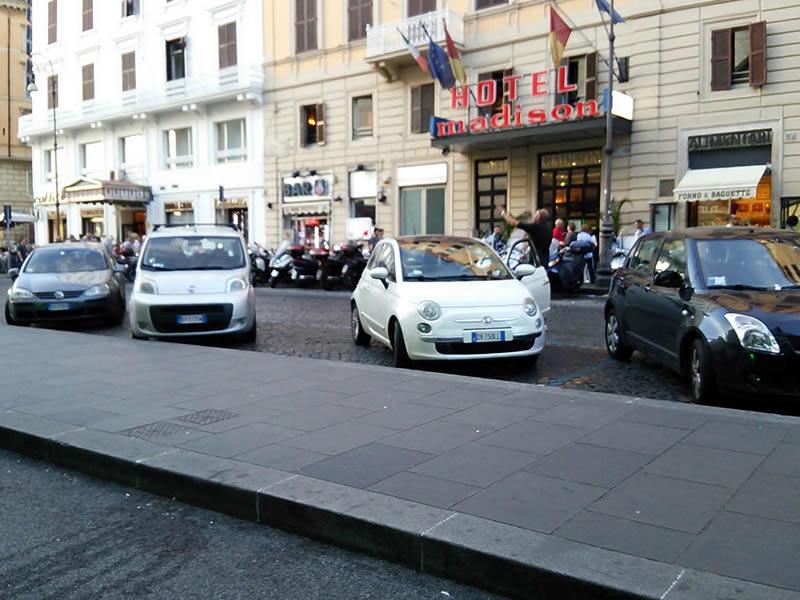 イタリアの街を走るフィアット車。これぞ「FIATのある風景」かな?